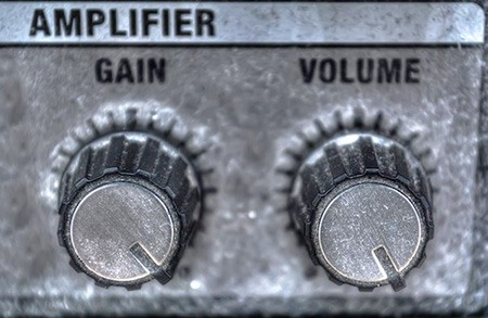 gain knob and volume knob on same amplifier